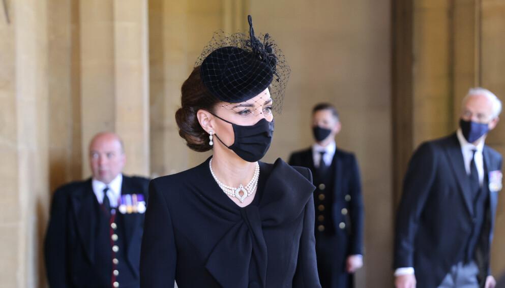 TOK FARVEL: Hertuginne Kate ankom St. Georges kapell i Windsor med svart hatt og munnbind. På seg hadde hun også dronning Elizabeths smykke og ørepynt. Foto: PA Photo