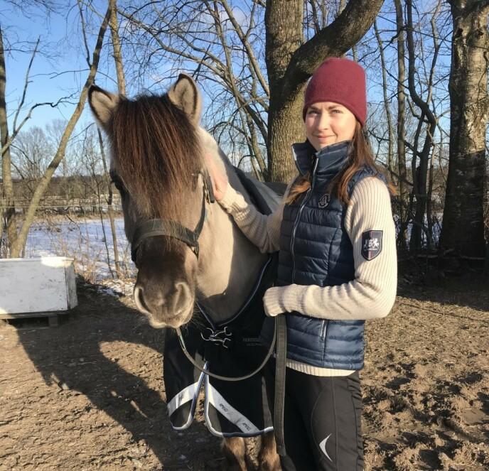 HESTEGLAD: 26 år gamle Tina Kristiansen er årets yngste bonde. Foto: Privat / TV 2