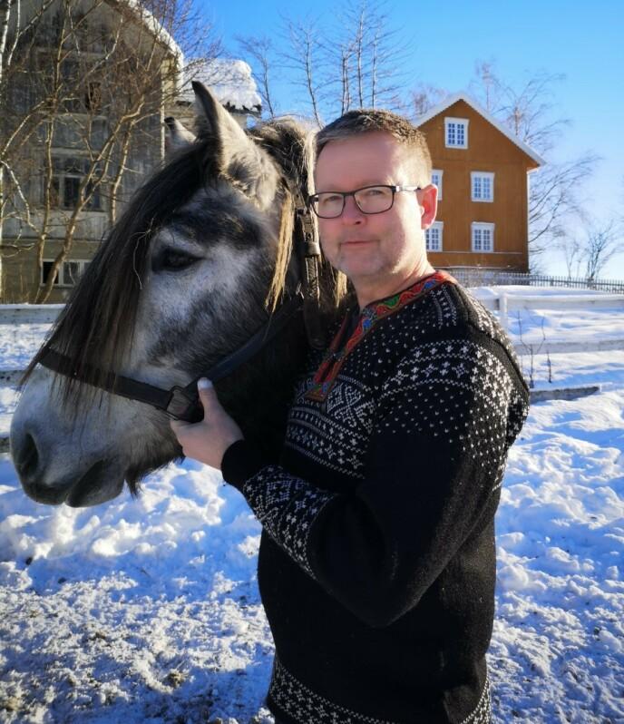 GLAD I HEST: Ole-Johan Dyste er glad i dyr. Foto: Privat / TV 2