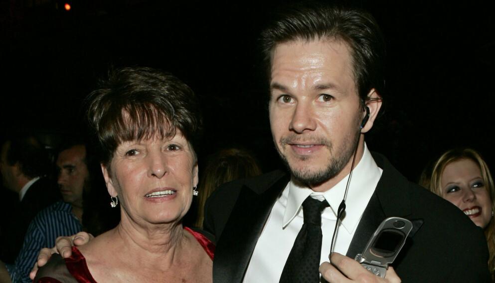 DØD: Alma Wahlberg er død. Hun ble 78 år gammel. Her sammen med sønnen Mark Wahlberg. Foto: AP / NTB.