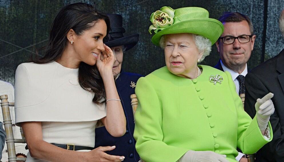 SENDTE HILSEN: Hertuginne Meghan var ikke til stede i forbindelse med dronning Elizabeths ektemanns begravelse, men fikk likevel sendt en siste hilsen. Her er dronningen og Meghan fra en annen anledning. Foto: Jim CLARKE / POOL / AFP / NTB