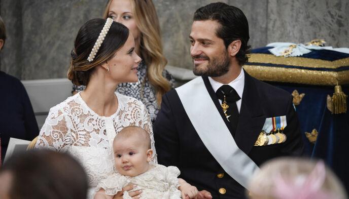 DÅP: Prins Alexander kom til verden i 2016. Her avbildet med foreldrene sine under dåpen. Foto: Henrik Montgomery /TT / NTB