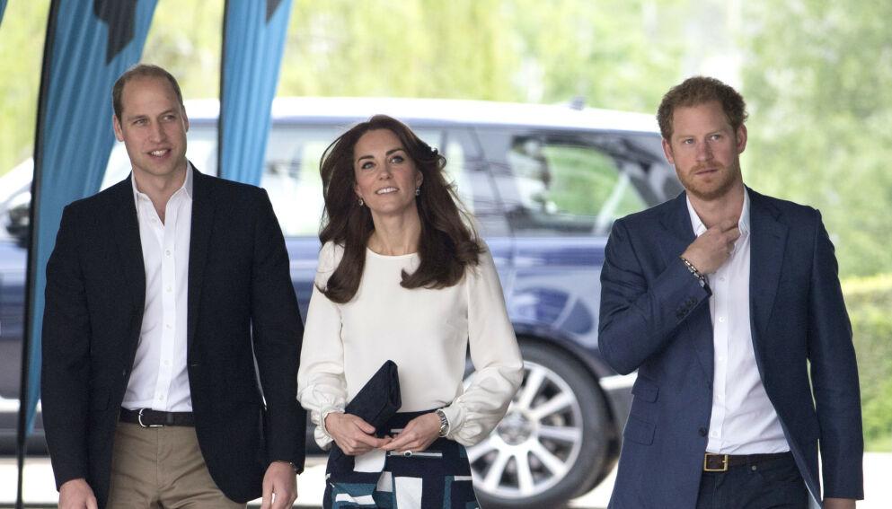 BEDRE FORHOLD?: Prins William, hertuginne Kate og prins Harry skal ha hatt en lengre samtale etter lørdagens begravelse. Prinsenes far, prins Charles, skal også ha vært til stede. Foto: Tim Rooke/REX/NTB