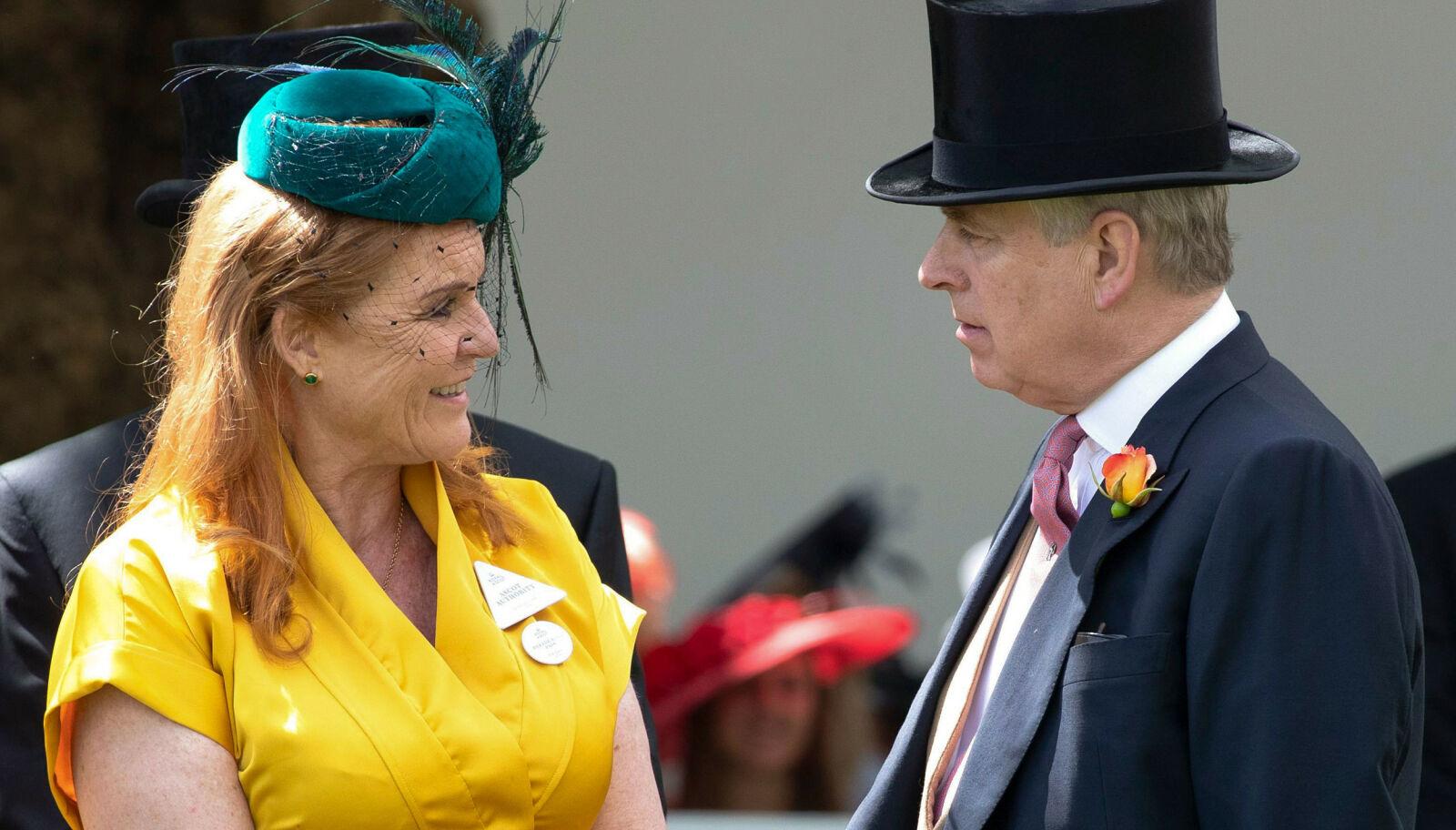 HJERTELIG: Sarah Fergusson og prins Andrew har et nært forhold og har flyttet under samme tak igjen etter skilsmissen. Foto: NTB.