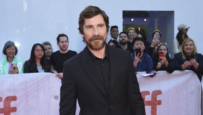 MØRKE LOKKER: Slik har vi sett Christian Bale de siste årene. Nå er imidlertid både hår og skjegg borte. Foto: Evan Agostini / Invision / AP / NTB