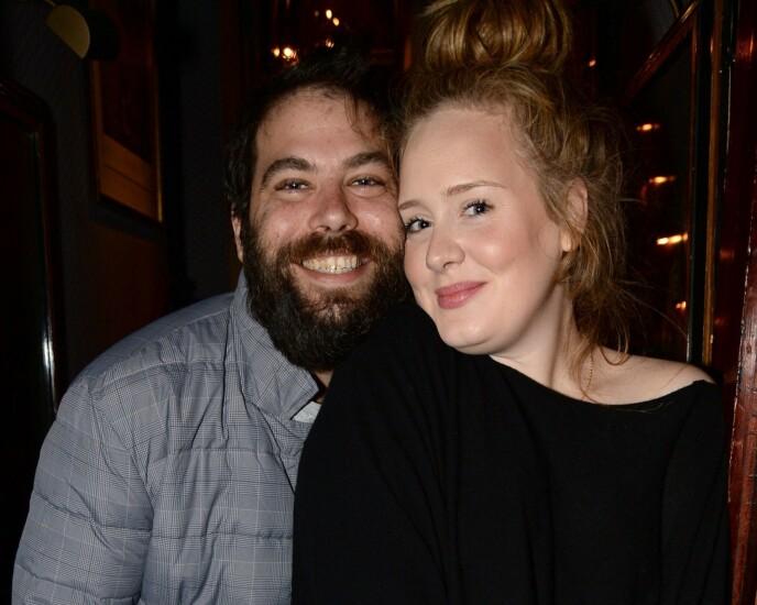 SKILT: Her er Adele avbildet med sin amerikanske eksmann Simon Konecki i 2013. Foto: Richard Young / REX / NTB