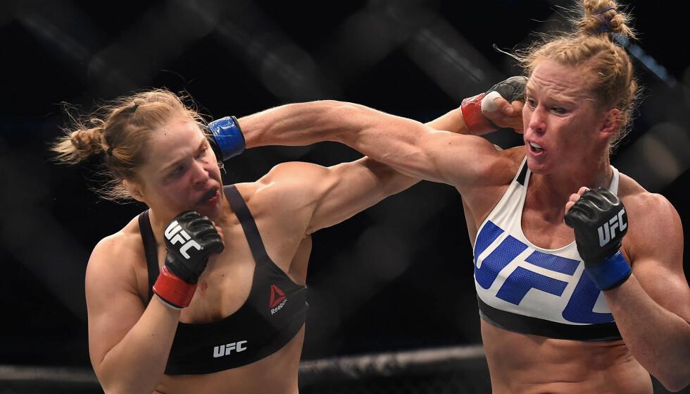 SJOKKTAP: Tapet mot Holly Holm (til høyre) ble Rouseys første i karrieren. Her Foto: Matt Roberts/USA Today/NTB