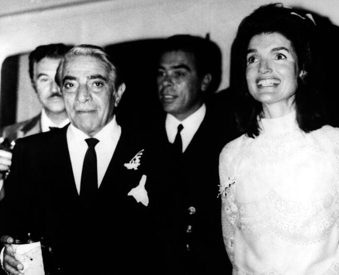 ENKE: Jackie Kennedy ble enke da John F. Kennedy ble skutt og drept. I 1968 giftet hun seg med Aristoteles Onassis. Her avbildet i bryllupet. Foto: Granger / REX / NTB