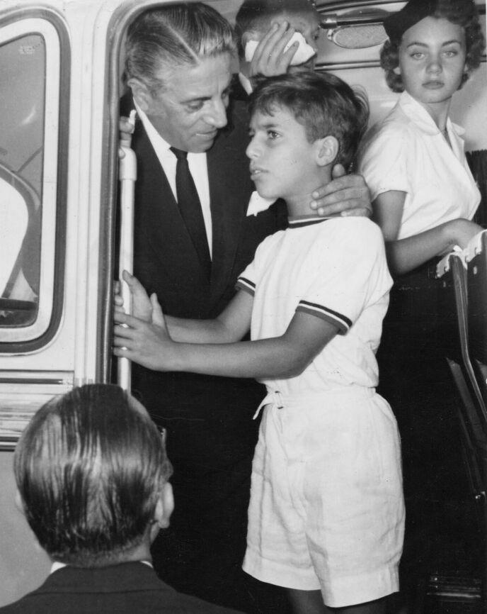 ULYKKE: 24 år gammel døde Alexander Onassis i en flyulykke. To år senere døde faren. Her avbildet sammen i 1957. Foto: REX / NTB