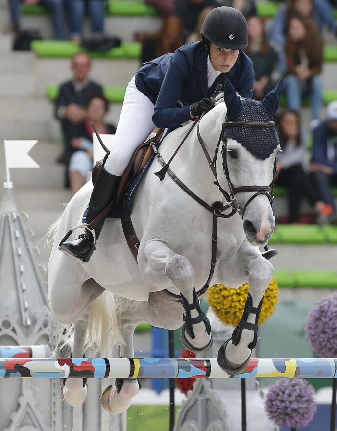 ULYKKE: I 2014 falt Athina og hesten Camille Z stygt på sprangbanen. Det resulterte i at hesten måtte avlives etter skadene. Her avbildet tre måneder før ulykka. Foto: Michel Euler / AP Photo / NTB