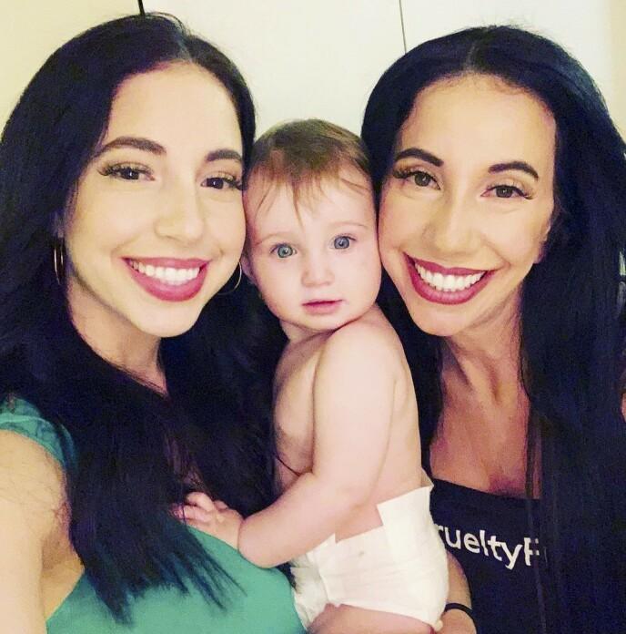 SPENTE: Cher (t.v.), datteren May og bestemor Dawn. Nå er de spente på hvem May kommer til å ligne mest på. Foto: Media drum world