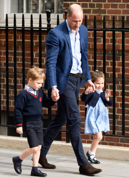 FIKK EN LILLEBROR: Prins William med George og Charlotte på vei inn for å besøke familiens nyeste tilskudd i 2018. Foto: Tim Rooke/REX/NTB