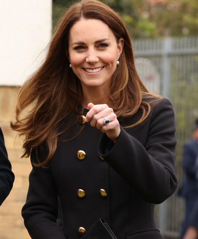 LÅNT: Hertuginne Kate benyttet anledningen til å hylle dronningen, som fylte 95 år samme dag. Ørepynten er lånt av dronningen selv. Foto: PA Photos / NTB