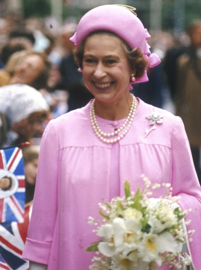 SØLV: Da dronningen feiret sitt sølvjubileum i 1977, bar hun for første gang samme ørepynt som hertuginne Kate nå har lånt. Foto: Historia / REX / NTB