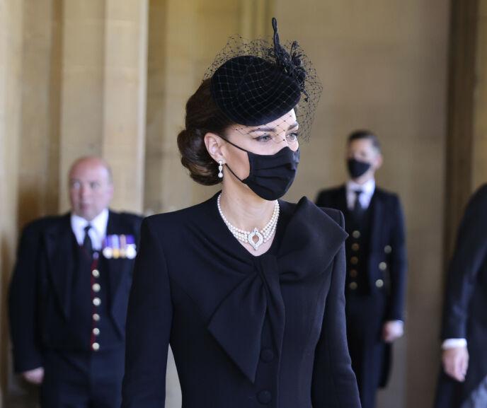 TOK FARVEL: Hertuginne Kate ankom St Georges kapell i Windsor med dronning Elizabeths smykke og ørepynt. Foto: Chris Jackson / Pool via AP / NTB