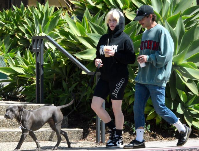 ROMANSE?: Billie Eilish og skuespilleren Matthew Tyler Vorce ble nylig fanget på kamera da de gikk gatelangs i Santa Barbara. Foto: Ronin47 / Splash News / NTB