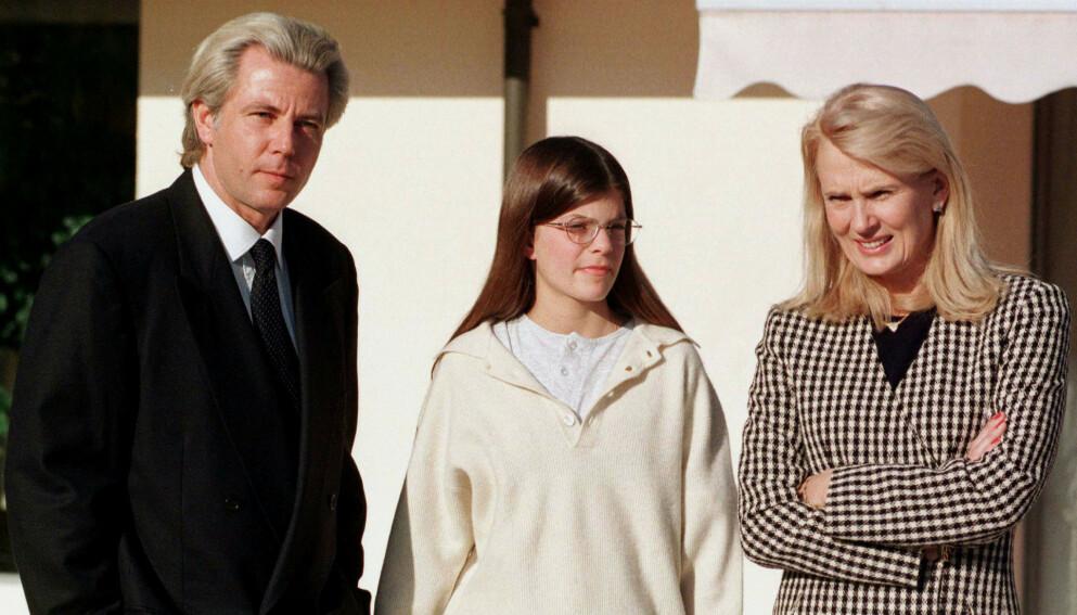 ARVING: Onassis-familiens liv var fylt med en rekke tragedier og ellevilt pengebruk. I dag er det bare Athina, enearving av formuen som lever. Her avbildet med sin far Thierry Roussel og hans svenske kone Marianne «Gaby» Landhage i 1997 . Foto: Pierre Virot / Reuters / NTB