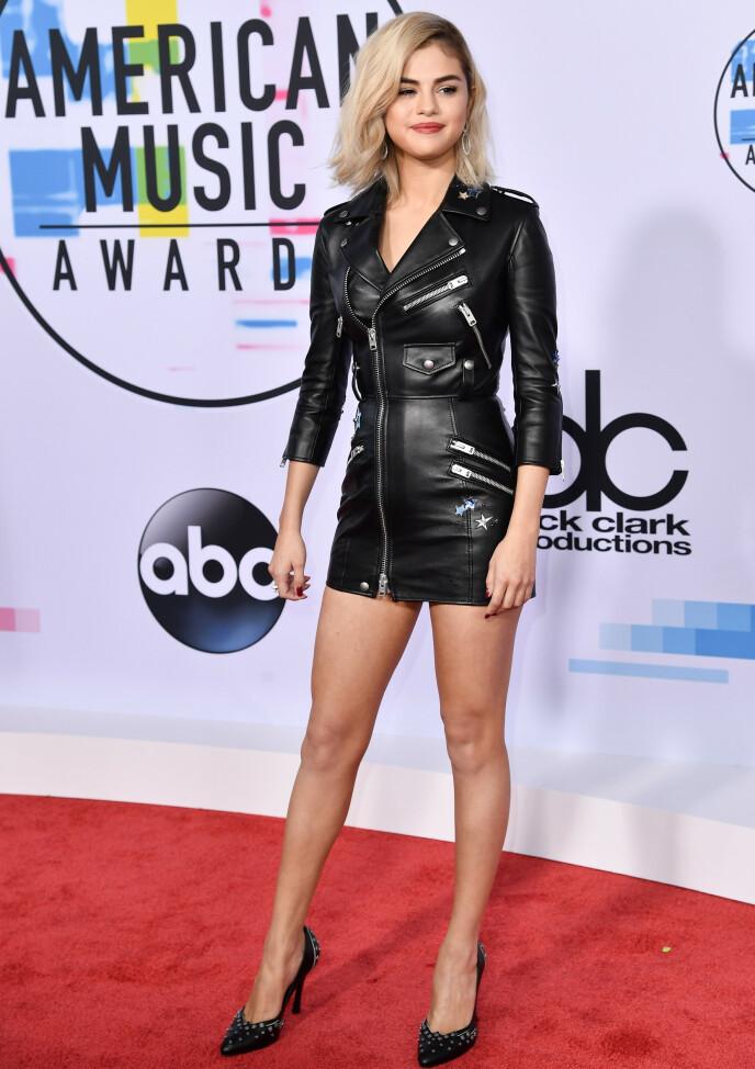 OVERRASKET: Selena Gomez fikk stor oppmerksomhet da hun i 2017 dukket opp på American Music Awards med blondt hår. Foto: Rob Latour/ REX/ NTB