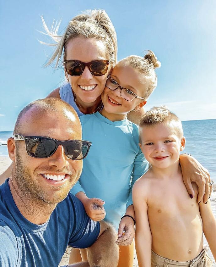 LYKKELIG FAMILIE: Pappa Adam og mamma Kim er overlykkelige over at de fikk beholde datteren Kinsley. Og lillebror Reid (4) tror øyet gir henne superkrefter! Foto: Media Drum World