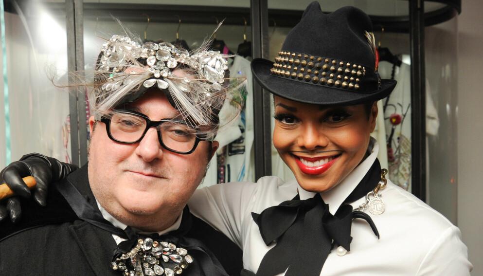 MOTEPROFIL: Alber Elbaz, her med med artist Janet Jackson i 2010. Foto: Billy Farrel Agency/REX/NTB