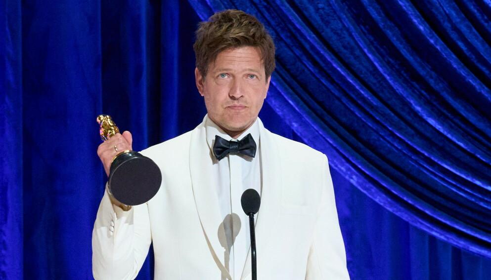 VANT: Danske Thomas Vinterberg vant prisen for Beste internasjonale film med hans «Et Glass Til». Prisen dedikerte han til datteren Ida. Foto: AFP / NTB.