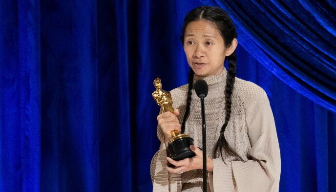 PIONÉR: Chloé Zhao ble den andre kvinnen, og den første med ikke-vestlig bakgrunn, til å vinne Oscar for beste regissør i utdelingens 92-årige historie. Foto: AP / NTB.