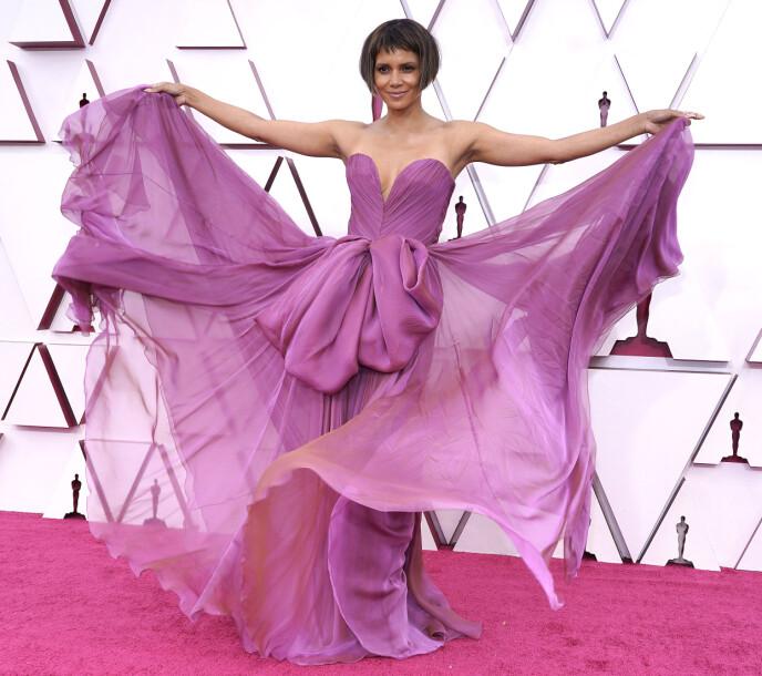 BOB: Halle Berry ankom årets Oscar-utdeling i en kort bobsveis. Det fikk sosiale medier til å koke over. Foto: Chris Pizzello / Pool / ML / NTB