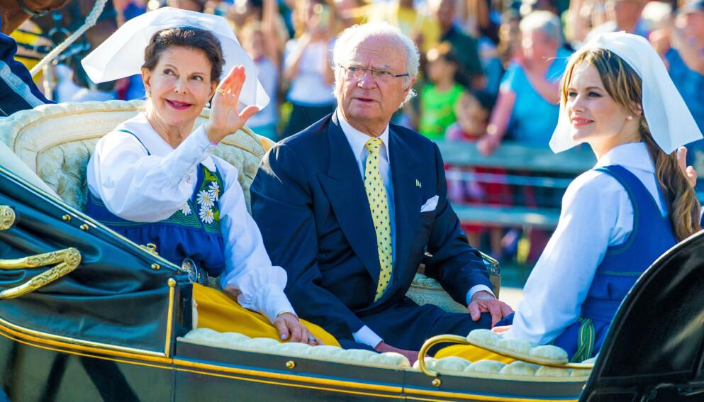 ÅPENHJERTIG: Sveriges konge, Carl Gustaf, var nylig gjest i podkasten «Värvet», der han delte om livet som konge. Her sammen med dronning Silvia og prinsesse Sofia. Foto: Splash News / NTB