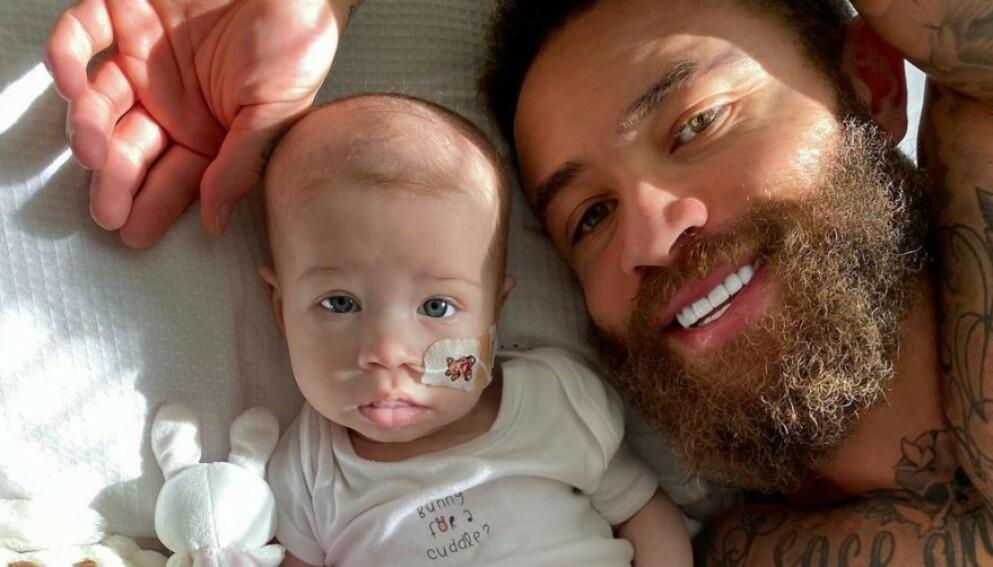 I SORG: Åtte måneder gamle Azaylia har hatt leukemi siden hun var nyfødt. I helgen gikk hun bort, og nå åpner foreldrene opp om sorgen. Foto: Skjermdump / Instagram