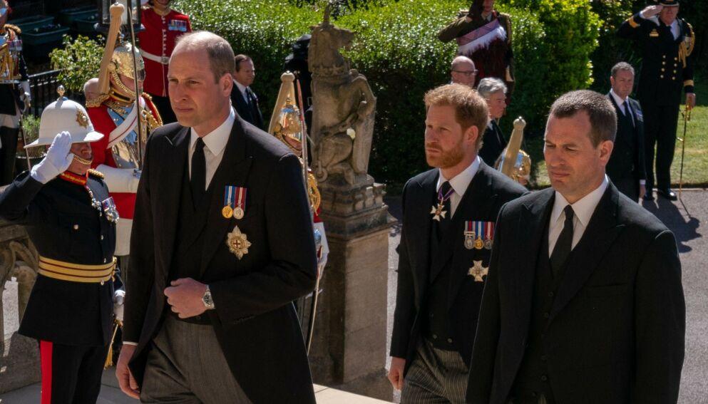 KJØLIG: Prins Harry vurderer angivelig å droppe sin neste planlagte tur til Storbritannia. Dette på bakgrunn av den kjølige ankomsten han skal ha fått da han kom hjem i anledning prins Philips begravelse. Her er han avbildet med prins William og fetteren Peter Phillips. Foto: AFP / NTB