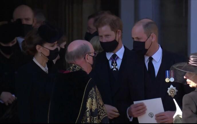 GJENFORENT: Kate, Harry og William takker biskopen etter prins Philips begravelse 17. april. Foto: Ruba / Backgrid UK / NTB
