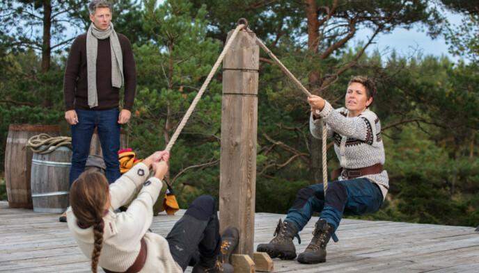 SNIPP, SNAPP, SNUTE: Karoline Røed (til venstre) tapte tautrekkingstvekampen mot Eunike Hoksrød da hun deltok i «Farmen» i 2017. Foto: Alex Iversen / TV 2