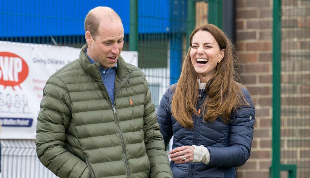 PÅ JOBB: Prins William og hertuginne Kate besøkte tirsdag en ungdomsorganisasjon i England - og fikk blant annet slått et slag golf. Foto: Andy Commins / AFP / NTB
