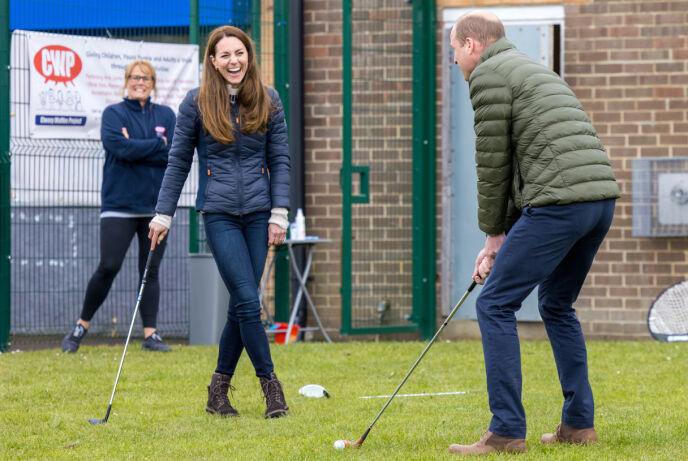 BREDT GLIS: Hertuginne Kate og prins William så ut til å trives på golfbanen. Foto: Andy Commins / Daily Mirror / Pa Photos / NTB