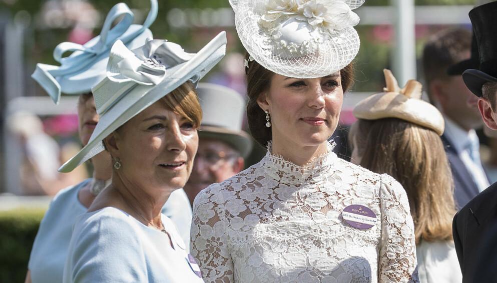 GLAD I BARNEBARNA: Carole Middleton har til sammen fem barnebarn. Tre av dem lever som kongelige. Foto: Rupert Hartley/REX/NTB