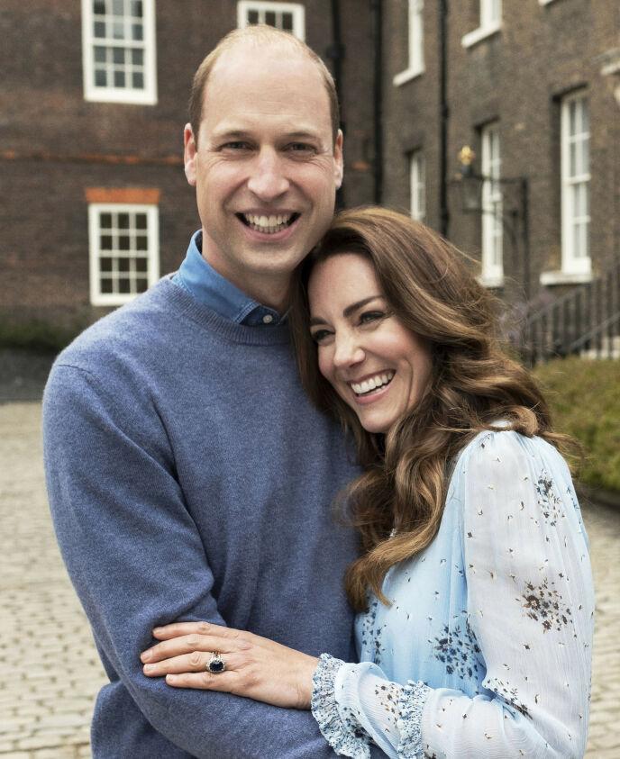 ROMANTISK: På dette bildet poserer hertugparet på samme måte som de gjorde på forlovelsesbildet i 2010. Foto: Chris Floyd/Camera Press/PA via AP/NTB