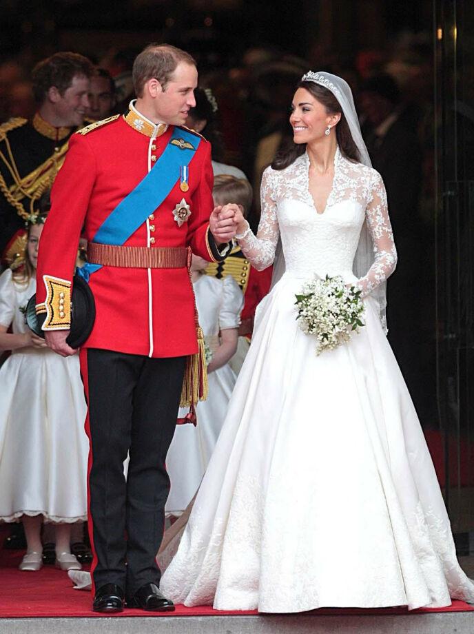 RETTE EKTEFOLK: Hertuginne Kate fikk mye oppmerksomhet for brudekjolen sin under vielsen 29. april 2011. Foto: Pa Photos / NTB
