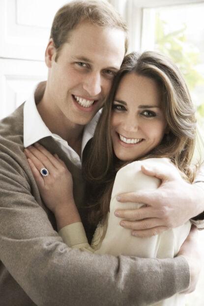 HETT PAR: Prins William og hertuginne Kates forhold har blitt nøye observert siden de først ble sammen. Her i desember 2010, bare få måneder før de giftet seg. Foto: Mario Testino / AFP / NTB