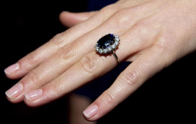 ARVET RINGEN: Forlovelsesringen som William ga til Kate hadde han arvet av sin avdøde mor. Foto: Arthur Edwards / AP / NTB