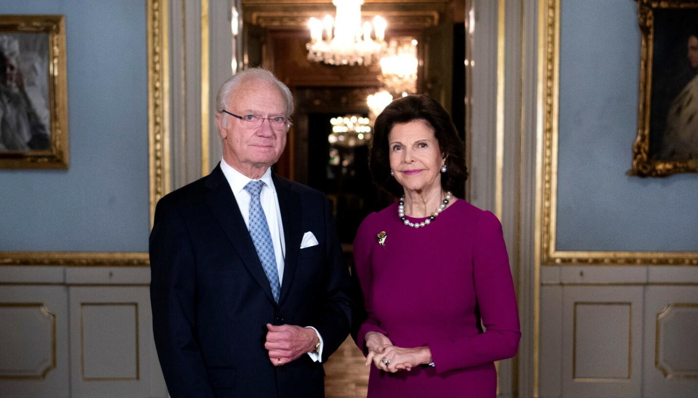 SKANDALEKONGEN: Kong Carl Gustaf av Sverige er muligens den monarken i Skandinavia som lever mest tilbaketrukket. Det kan muligens skyldes alle skandalene han har vært involvert i opp gjennom årene. Her er han fotografert med sin kone, dronning Silvia, i fjor. Foto: TT / NTB