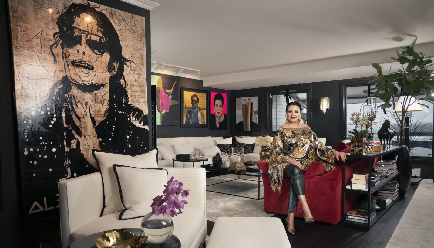 GJENNOMFØRT: Kontrasten mellom det mørke og det lyse går igjen i stua til Lilli Bendriss. Bildet av Michael Jackson henger på fremtredende plass, mens skuespilleren Nicolas Cage fra filmen «Wild at heart» henger ved siden av et portrett av Lilli som kunstneren Ida Bjerkeskaug har laget. FOTO: Espen Solli