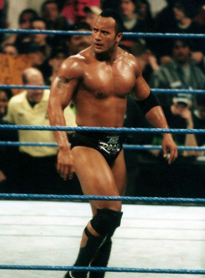 JENTE?: I barndommen var det flere som trodde Dwayne Johnson var en jente. Her fra hans glansdager i wrestlingringen i 1999. Foto: John Barrett/Photolink/Mediapunch/REX/NTB