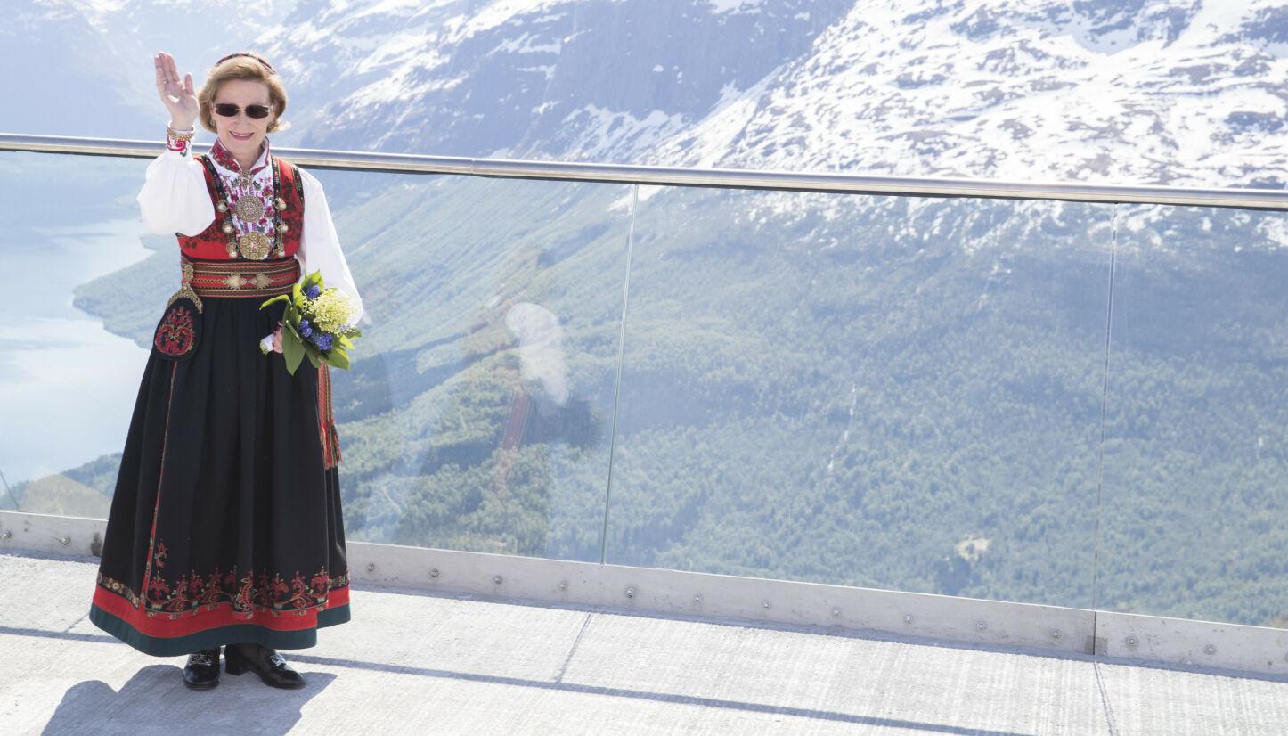 TIL TOPPS: Det er over 50 år siden dronning Sonja fikk sin Øst-Telemarksbunad, men fortsatt er den ofte i bruk. Skjorta har hun byttet ut underveis, men ellers er bunaden den samme. Her er hun under åpningen av Loen Skylift i 2017. Foto: Terje Pedersen/NTB