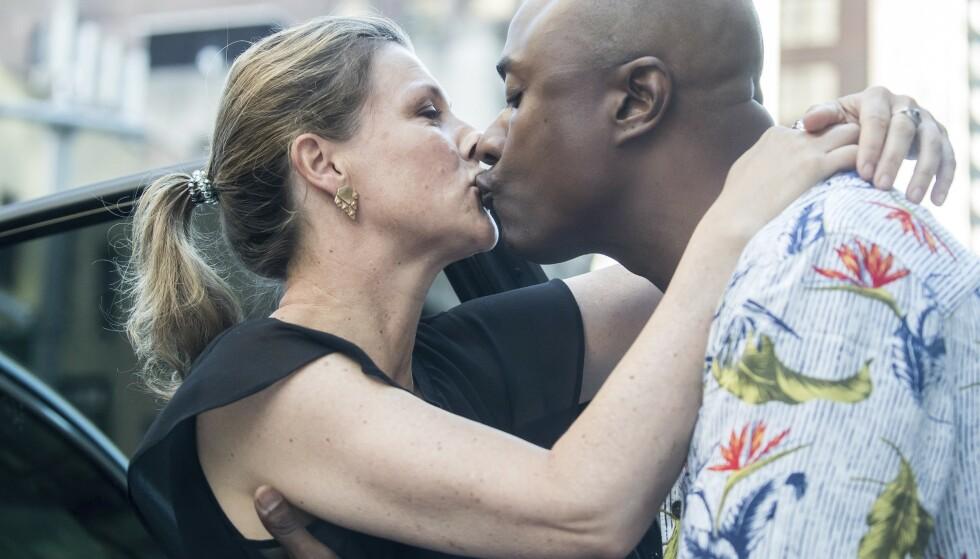 SOMMERKYSS: Märtha og Durek tok et hett farvel med hverandre før prinsessen satte seg på flyet hjem til Norge fra New York i juni 2019, måneden etter at de sto frem som kjærester. FOTO: MEGA