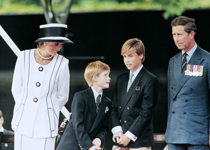 FAMILIEN: Prins Harry ønsker ikke å oppdra barna sine på samme måte som han ble oppdratt. Her er han avbildet med foreldrene prinsesse Diana og prins Charles og storebror, prins William. Foto: Johnny Eggitt / AFP / NTB