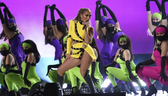 NYSINGEL: Jennifer Lopez, som nylig brøt forlovelsen med Alex Rodriguez, var blant artistene som stod på scenen under Vax Live søndag. Foto: Jordan Strauss/Invision/AP/NTB