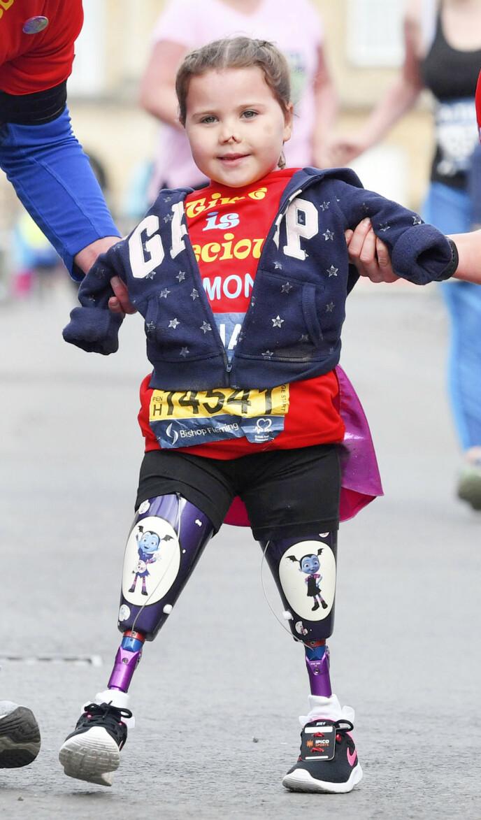 SAMLER INN PENGER: Harmonie elsker å løpe for veldedighet. Her kommer hun over målstreken på et løp i Bath for to år siden. Foto: Ben Birchall