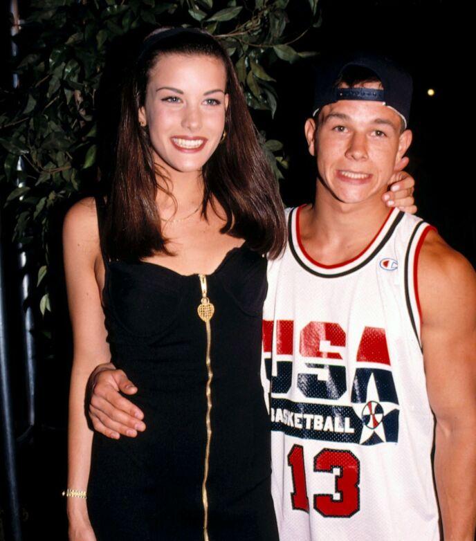 GJENG: Da Mark Wahlberg var i tenårene kom han flere ganger på kant med loven. Her er han avbildet med Liv Tyler i 1990 - fire år etter hans første alvorlige lovbrudd. Foto: Talesnick / Mediapunch / REX / NTB