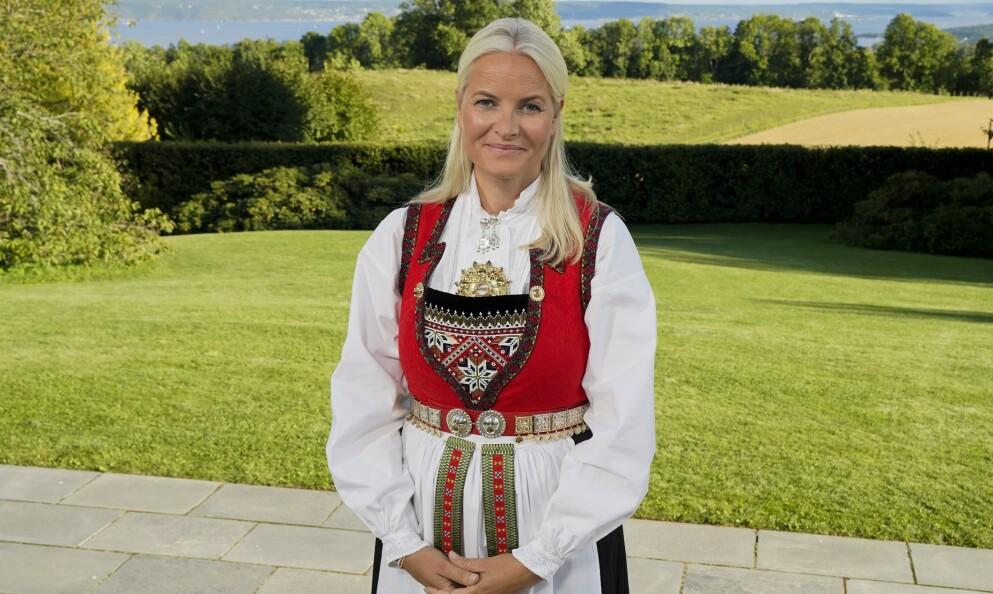 NORSK TRADISJON: Dette del to av en serie på fire saker, der vi ser nærmere på kongefamiliens bunader. Kronprinsesse Marit bruker ofte sin Hardangerbunad, som her under prins Sverre Magnus' konfirmasjon i fjor. Bunaden var en gave fra Hardangerrådet i 2001. Siden den gang har hun fått ny bringeklut og sølvbelte. FOTO: Lise Åserud/NTB