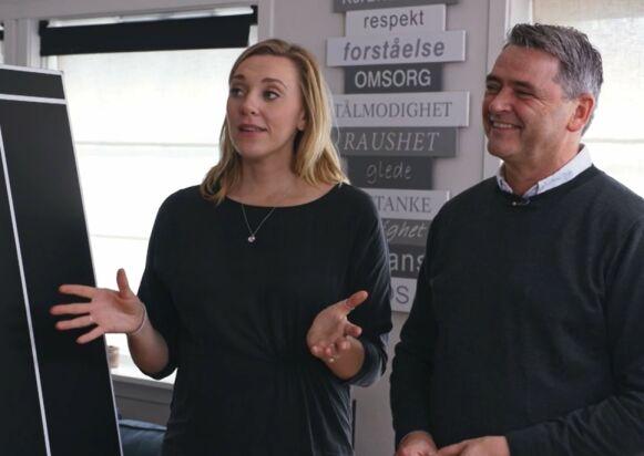 SKJULTE MAGEN: Løse klær og kameravinkler hjalp Lene Drange å skjule magen. Her med kollega Magne Gundersen. Foto: Skjermdump / TV3